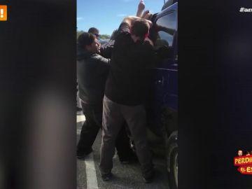Un grupo de presos rescata a un bebé que estaba atrapado en el interior de un coche