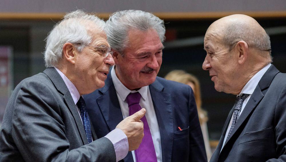 El ministro español de Exteriores, Josep Borrell (i), conversa con sus homólogos de Francia, Jean-Yves Le Drian (d), y Luxemburgo, Jean Asselborn (c)
