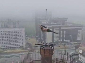 El impactante vídeo de una rusa bailando 'pol dance' en lo alto de un edificio