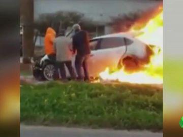 Entre cuatro personas lograron sacar a la conductora