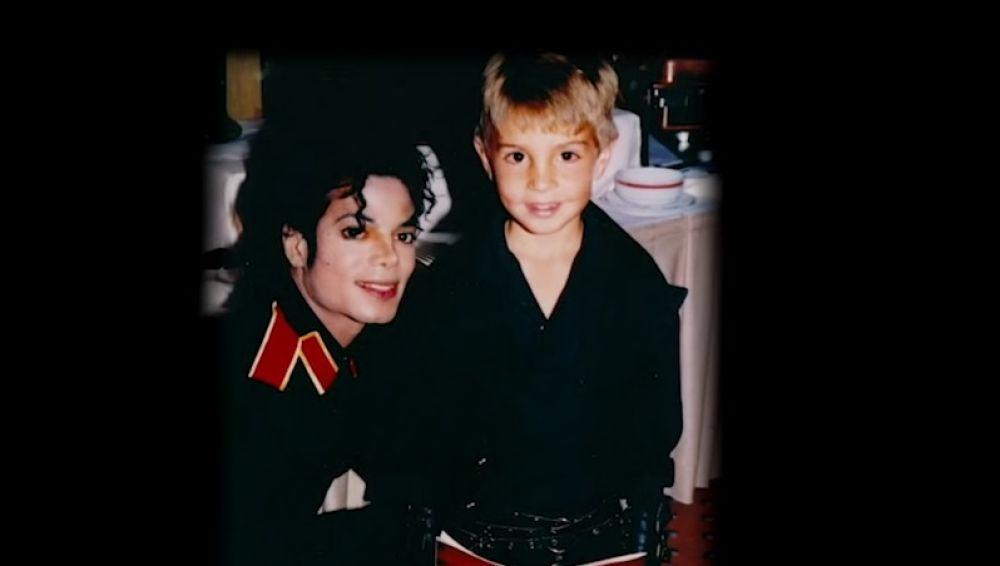 Michael Jackson junto a James Safechuck, uno de los denunciantes