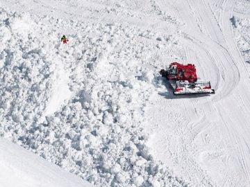 Los equipos de rescate trabajan en la búsqueda de víctimas en la estación de esquí de Crans-Montana, Suiza