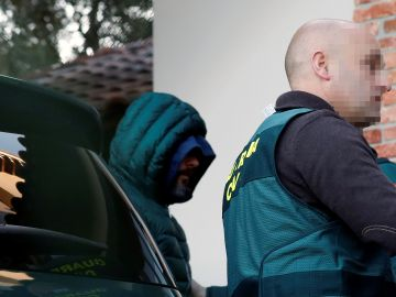 Agentes de la Guardia Civil trasladan al presunto inductor del crímen