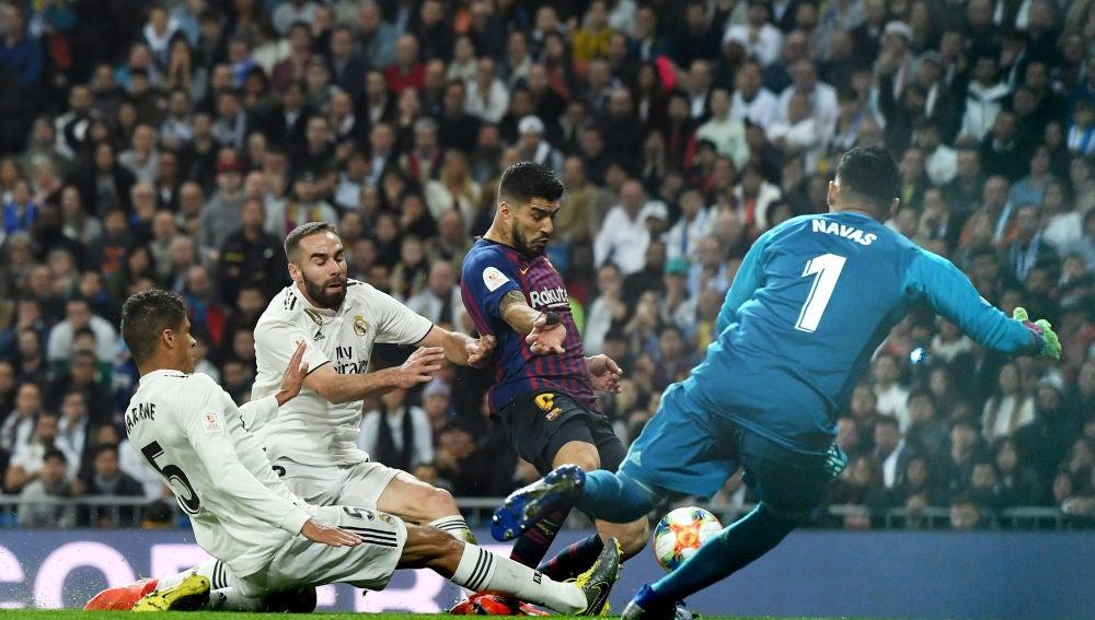 Varane intenta evitar sin éxito el segundo gol del Barça en el Clásico
