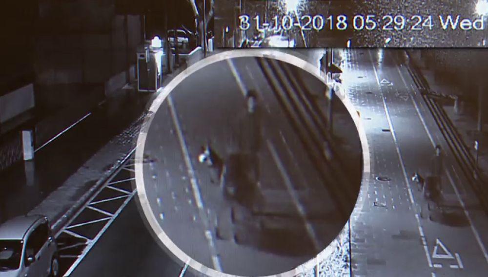 Una cámara capta al presunto asesino de Nuria Escalante trasladando lo que puede ser el cuerpo en un carro de la compra