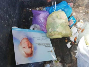 La placa en homenaje a Sandra Palo en un contenedor de basura.