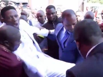 """Un pastor """"resucita"""" a un muerto que parpadea y respira en un ataúd y desata una ola de críticas en Sudáfrica"""