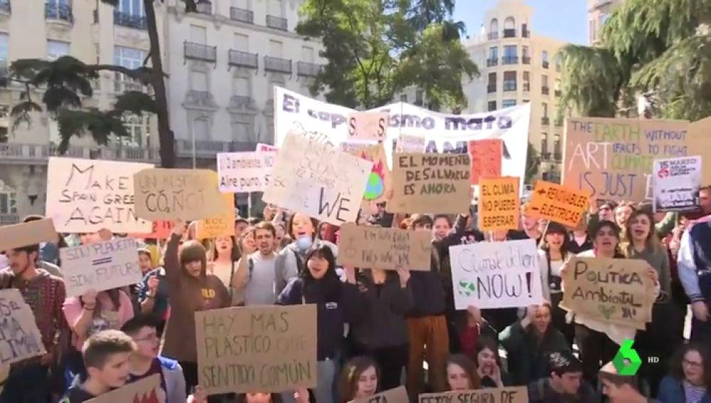 Cientos de jóvenes protestan contra el cambio climático