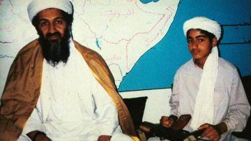 Hamza bin Laden, a la derecha, junto a su padre, en 2001