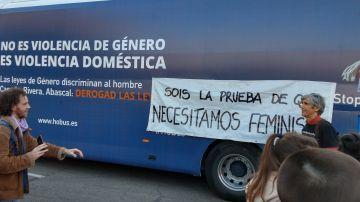 Pancarta contra el autobús de Hazte Oír