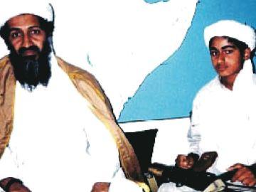 Hamza bin Laden, a la derecha, junto a su padre, en 2001.