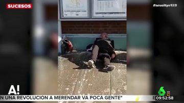 El vergonzoso vídeo en el que dos trabajadores de una estación de tren echan agua sucia a un indigente