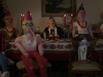 Muñecos hinchables que sustituyen a la familia: el impactante vídeo para concienciar sobre la soledad de nuestros mayores