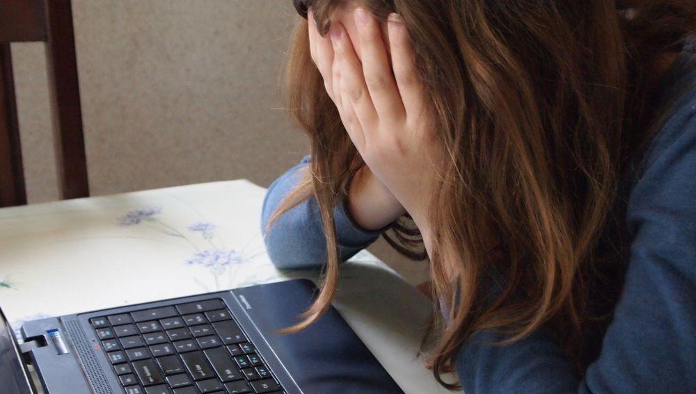Imagen de archivo de una joven víctima de acoso