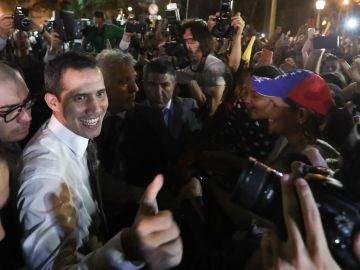 El jefe del Parlamento de Venezuela, Juan Guaidó, saluda a venezolanos residentes en Argentina