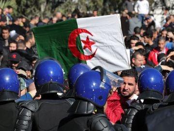 Manifestantes se enfrentan con la Policía en Argel