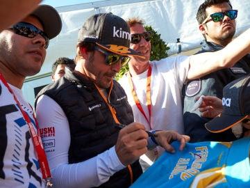 Fernando Alonso firma autógrafos