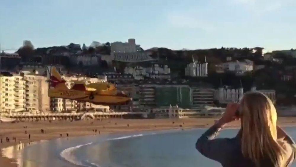 La espectacular maniobra de un hidroavión en aguas de La Concha sorprende a cientos de personas