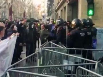 Antidisturbios blindan un acto de Vox en Sabadell
