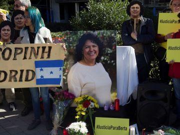 Organizaciones se concentran ante la Embajada de Honduras en Madrid para reclamar justicia real por el asesinato de Berta Cáceres
