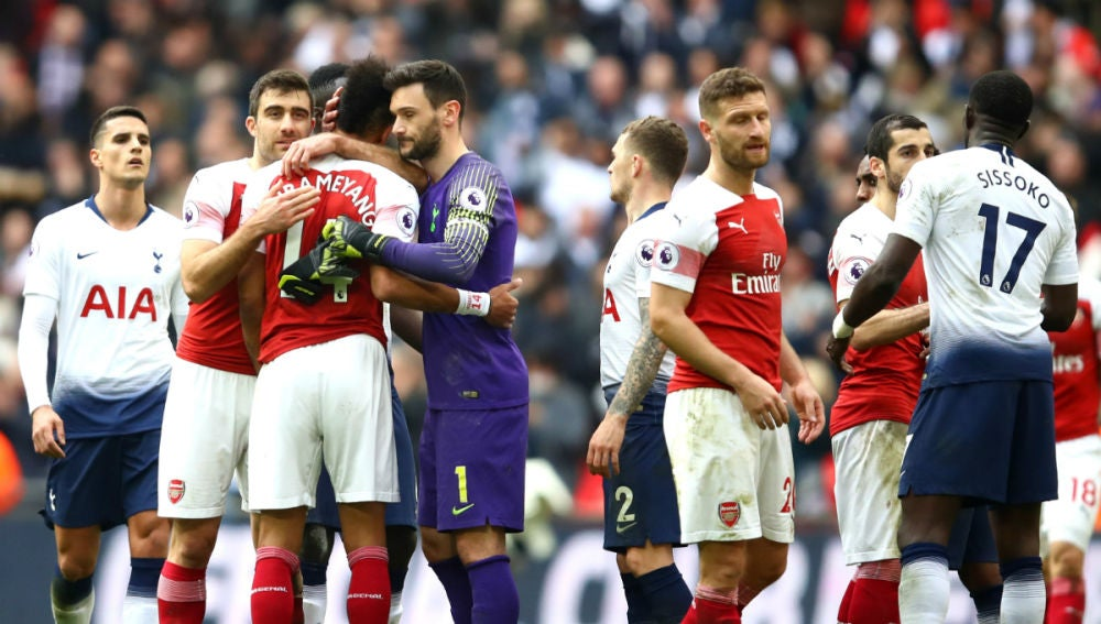 Saludo entre jugadores del Tottenham y del Arsenal