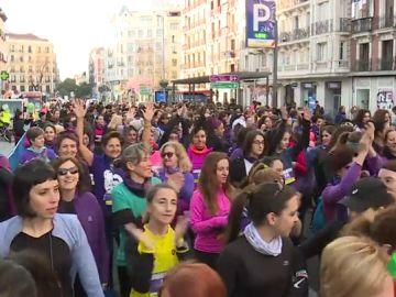 Miles de mujeres pisan con zapatillas de deporte los estereotipos de género en carreras celebradas en Madrid y Barcelona