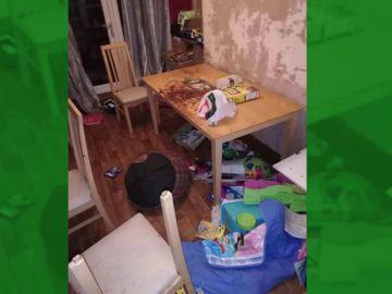 Heces, orina, montones de basura y ropa sucia: las terribles condiciones en las que viven cinco menores con su madre embarazada