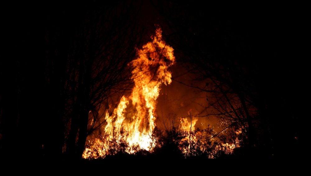 Imagen del incendio en los alrededores de Labares.