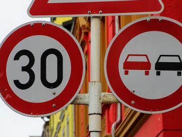 Señal de tráfico, velocidad 30km/h