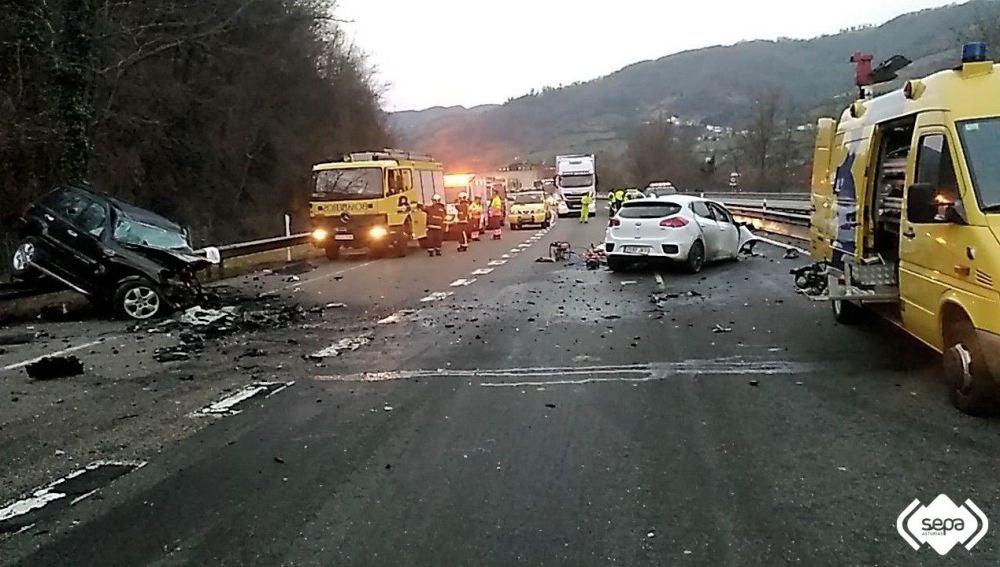 Dos hombres han perdido la vida al colisionar sus coches en la autopista A-66