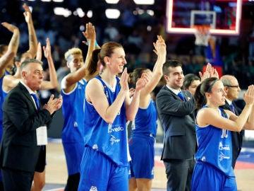 Las jugadoras del Perfumerías Avenida celebran una victoria