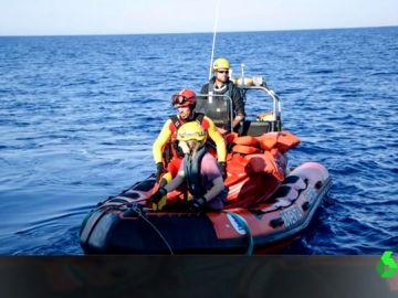 Un bombero malagueño podría enfrentarse a 20 años de prisión por rescatar migrantes en el Mediterráneo