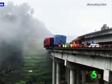 Así fue el agónico rescate a un conductor que quedó atrapado en su camión a 20 metros de altura