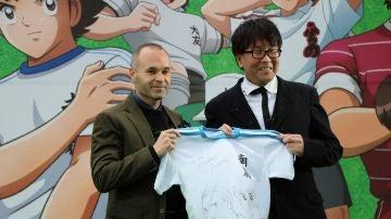 """Andrés Iniesta recibe una camiseta personalizada de manos del autor """"Oliver y Benji"""""""