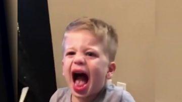 Polémicas imágenes: obligan a su hijo pequeño a comer wasabi y se ríen de su reacción