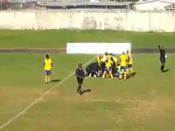 Un futbolista de Gabón sufre un paro cardíaco en pleno partido