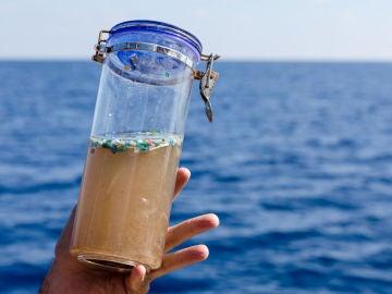 Microplásticos recogidos en el mar.