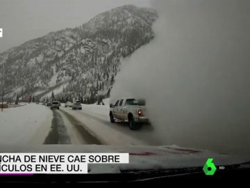 Una avalancha de nieve cae sobre varios vehículos