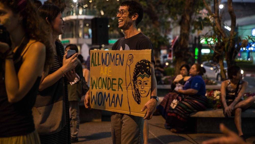 Un hombre sostiene una pancarta durante una manifestación por el Día Internacional de la Mujer en en Chiang Mai, Tailandia.