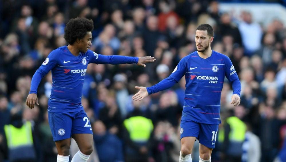 Hazard festeja un gol con el Chelsea