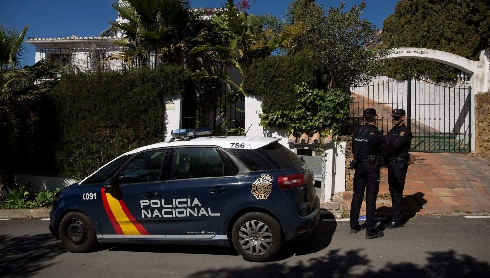 Dos miembros de la Policía Nacional custodian la vivienda donde se produjo el crimen