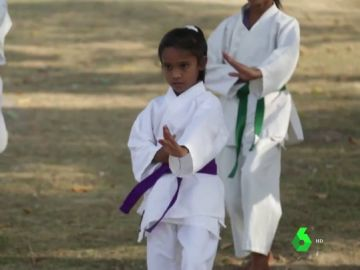Niñas reciben clases de kárate en la India para defenderse del acoso