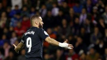 Benzema celebra uno de sus goles contra el Valladolid