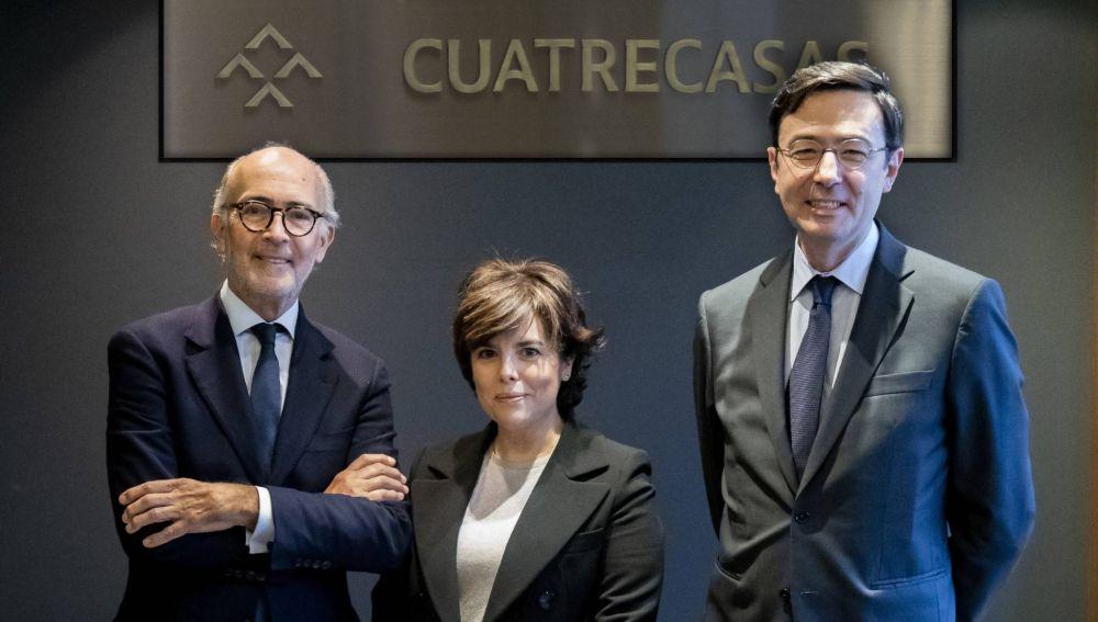 Sáenz de Santamaría, con Rafael Fontana, presidente ejecutivo de Cuatrecasas (izquierda), y Jorge Badía, director general