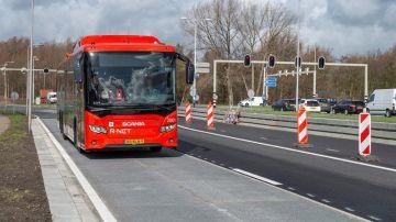 Tramo de carretera con paneles solares en Holanda