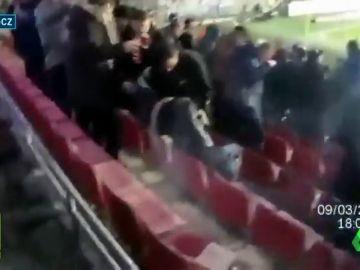 El sobrecogedor momento en el que una bengala impacta en una aficionada durante el Sparta vs Viktoria Plzen
