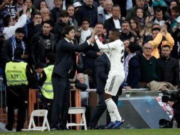 Vinicius, felicitado por Solari en un partido