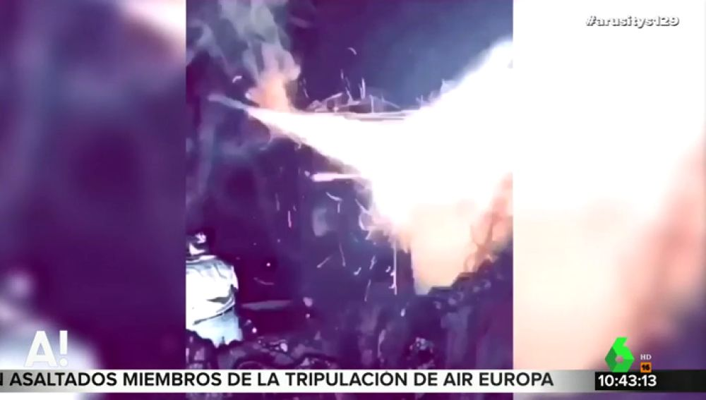 Una joven se quema la cara tras encender un cohete que sujetaba con la boca