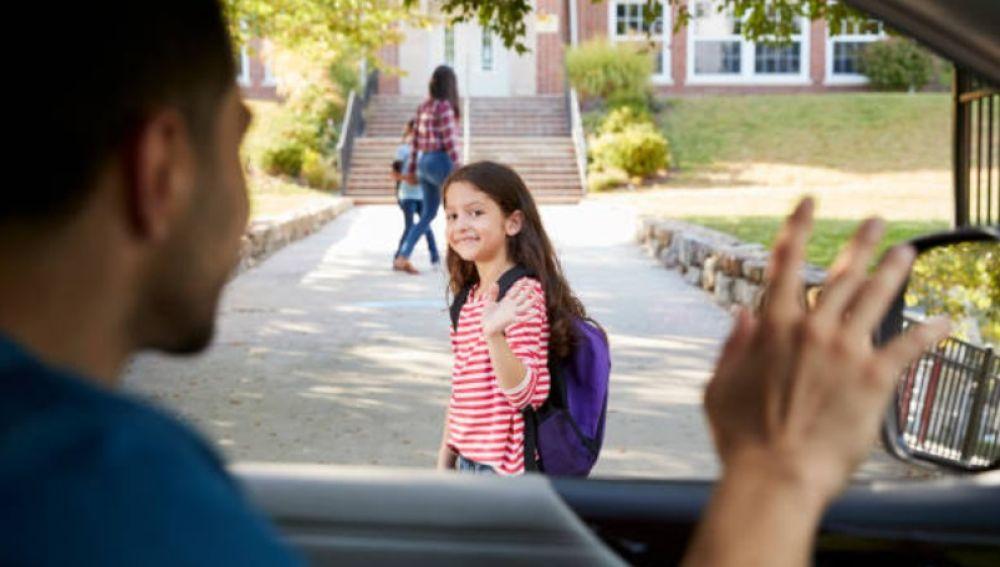 Niña llegando al colegio