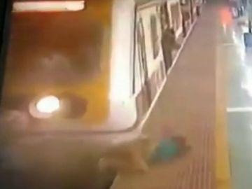 Impactantes imágenes: un tren arrolla a una mujer que intentaba cruzar las vías